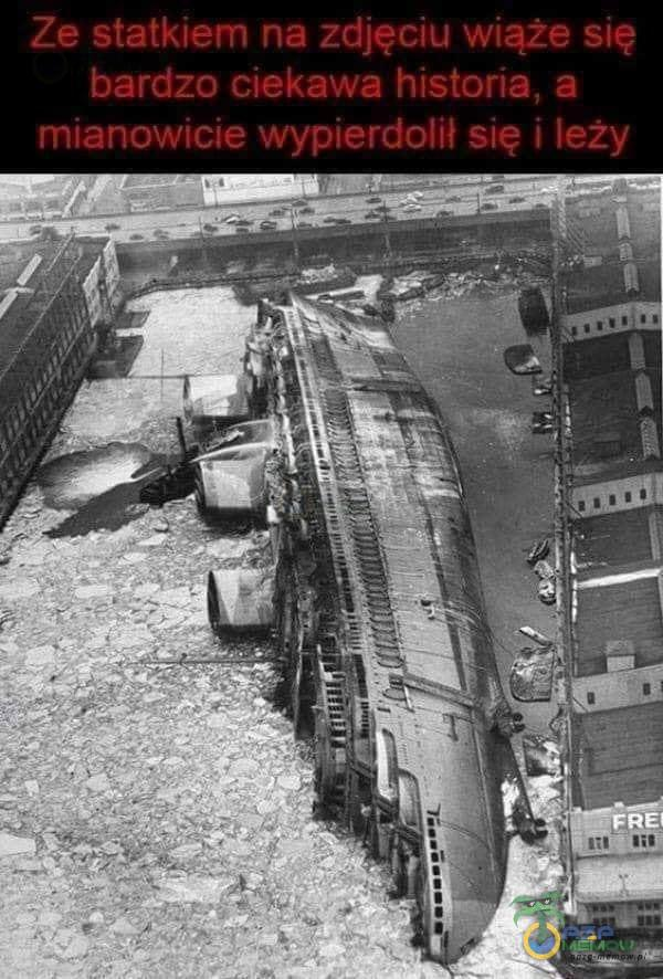 Ze statkiem na zdjęciu wiąże się bardzo ciekawa historia, a mianowicie wypi***olił się i leży ŔEI